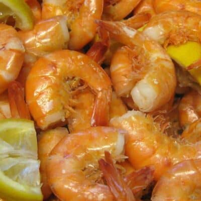 boiled shrimp with lemon wedges