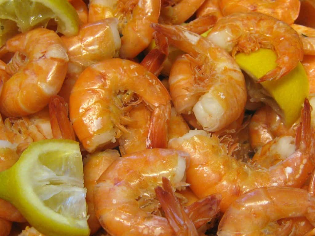 boiled shrimp with lemon wedge