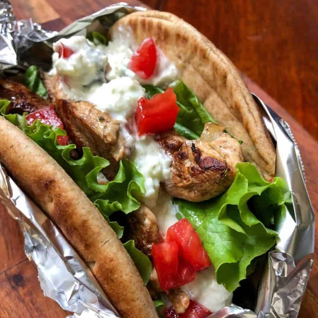 greek chicken in pita with lettuce and tomato