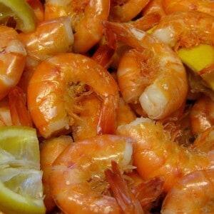 boiled shrimp with lemon wedges